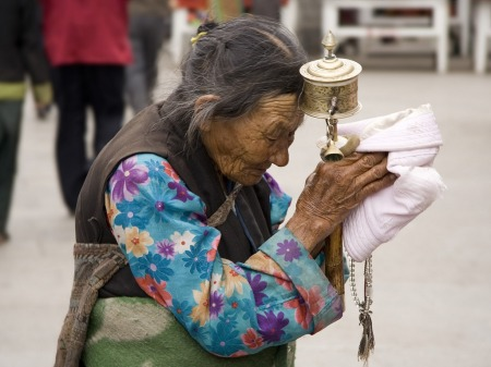 Tibetan_Woman_with_Prayer_Wheel_Wallpaper__yvt2